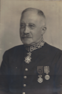 Harry Kramrisch in later years displaying the medals he was awarded.